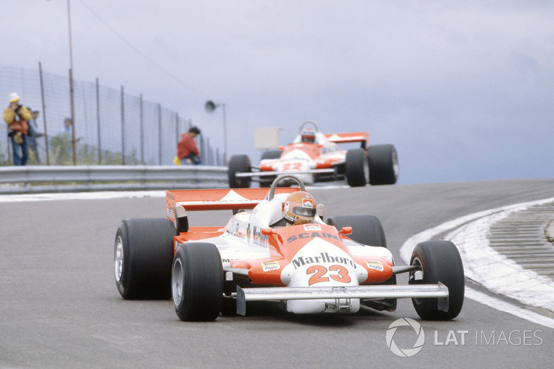 1981: Bruno Giacomelli, Alfa Romeo 179B lidera a Mario Andretti, Alfa Romeo 179B