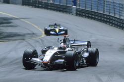 Kimi Raikkonen, McLaren MP4-20, devant Fernando Alonso, Renault R25