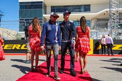 Sergio Perez, Sahara Force India y Brendon Hartley, Scuderia Toro Rosso en el desfile de pilotos