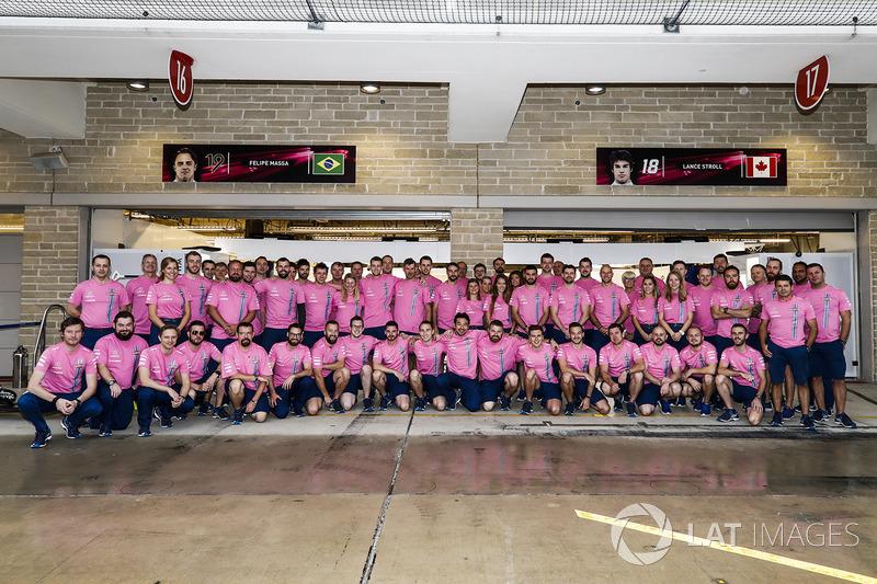 El equipo Williams en trajes rosa, en apoyo a Susan G. Komen campaña de concientización de cáncer de mama