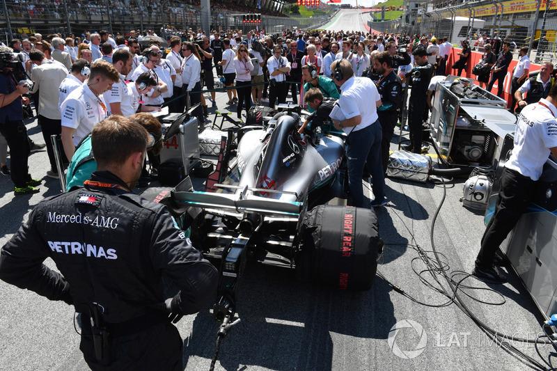 Lewis Hamilton, Mercedes-AMG F1 W09, en la parrilla