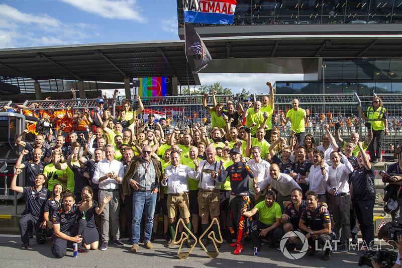 El ganador Max Verstappen, Red Bull Racing con su equipo