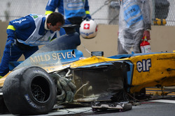 Lo staff medico assiste Fernando Alonso, Renault F1 Team a bordo pista