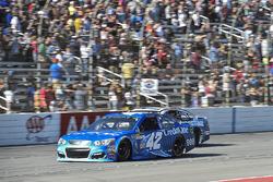 Kyle Larson, Chip Ganassi Racing Chevrolet, Ricky Stenhouse Jr., Roush Fenway Racing Ford