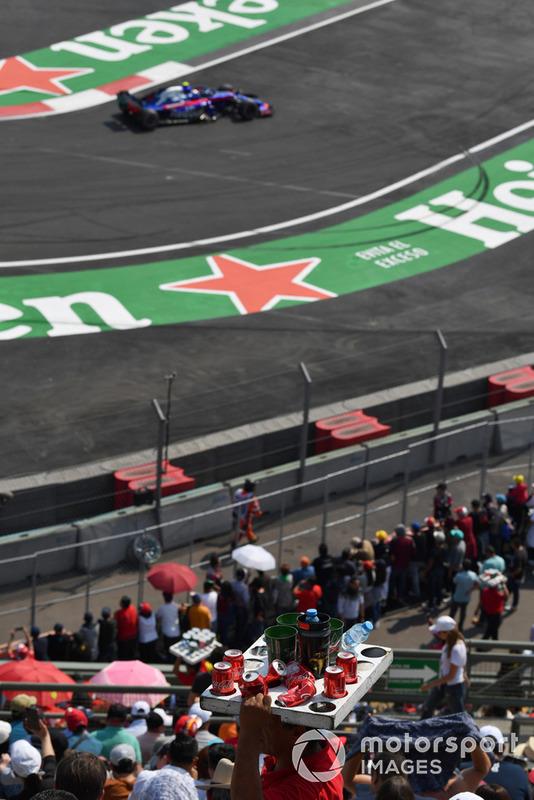 Venditore di birra e Pierre Gasly, Toro Rosso STR13