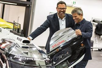 Achim Stejskal, Director del Museo Porsche, Fritz Enzinger, Vicepresidente del Equipo Porsche LMP1