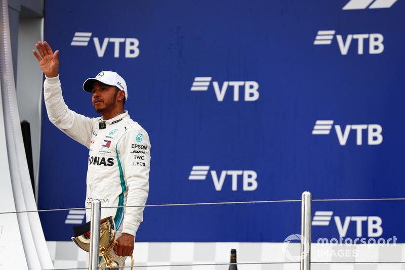 Il vincitore della gara Lewis Hamilton, Mercedes AMG F1, sul podio