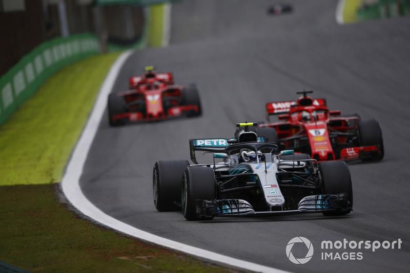 Валттері Боттас, Mercedes AMG F1 W09 EQ Power+, попереду Себастьяна Феттеля, Ferrari SF71H, та Кімі Райкконена, Ferrari SF71H