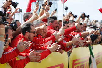 Il team Ferrari festeggia mentre Kimi Raikkonen, Ferrari SF71H, 1° classificato, arriva nel parco chiuso