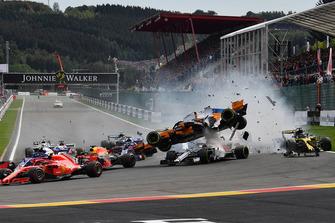 Fernando Alonso, McLaren MCL33, viene colpito e decolla alla partenza