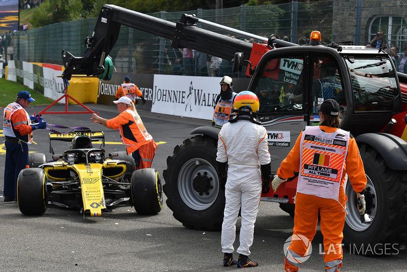 Nico Hulkenberg, Renault Sport F1 Team R.S. 18 en Fernando Alonso, McLaren na de crash aan het begin van de race