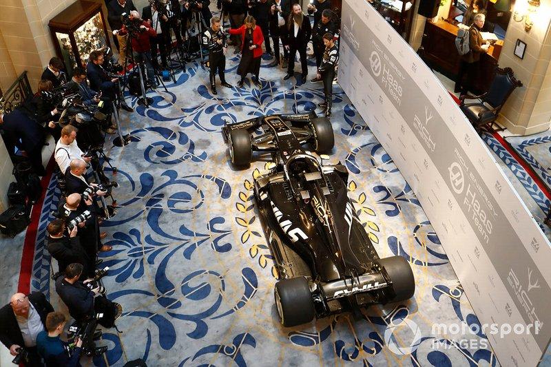 Kevin Magnussen, Haas F1 Team, la presentatrice Nicki Shields, William Storey, CEO Rich Energy, Guenther Steiner, Team Principal, Haas F1 e Romain Grosjean, Haas F1 Team