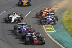 Rennstart: Kevin Magnussen, Haas F1 Team VF-17; Marcus Ericsson, Sauber C36; Antonio Giovinazzi, Sauber C36; Stoffel Vandoorne, McLaren MCL32; Lance Stroll, Williams FW40; Jolyon Palmer, Renault Sport F1 Team RS17