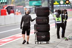 McLaremn mechanic with Pirelli tyres