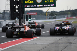 Pierre Gasly, Scuderia Toro Rosso STR12 et Fernando Alonso, McLaren MCL32