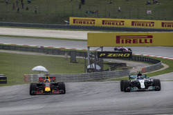 Даниэль Риккардо, Red Bull Racing RB13, и Валттери Боттас, Mercedes-Benz F1 W08