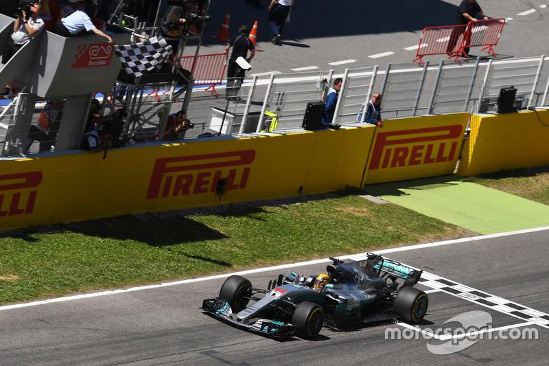 Ganador de la carrera Lewis Hamilton, Mercedes-Benz F1 W08 cruza la línea y toma la bandera a cuadros