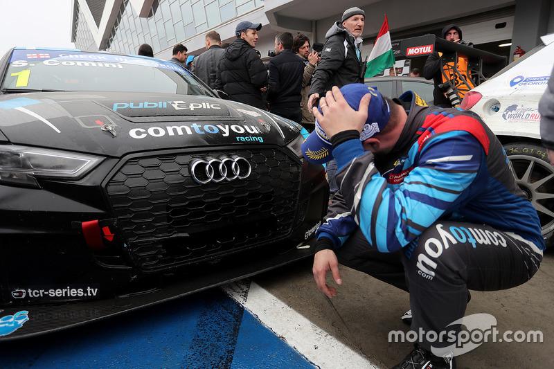 Stefano Comini osserva il radiatore rotto della sua Audi RS 3 LMS TCR