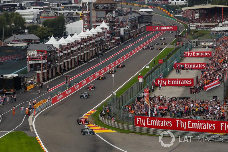 Lewis Hamilton, Mercedes-Benz F1 W08 lidera al inicio de la carrera