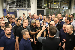 Valtteri Bottas, Mercedes AMG F1 con empleados de Mercedes-Benz