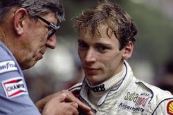 Piloto de Tyrrell Stefan Bellof con el jefe de Tyrrell Ken Tyrrell