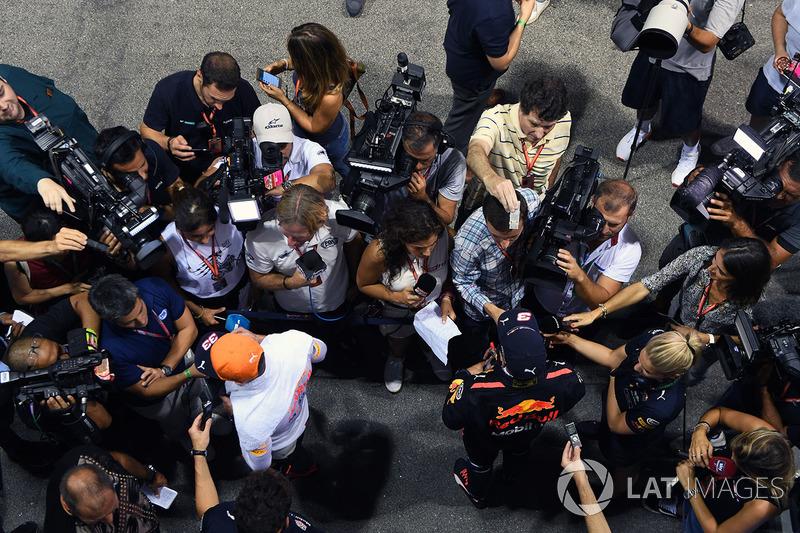 Daniel Ricciardo, Red Bull Racing und Max Verstappen, Red Bull Racing, geben Interviews
