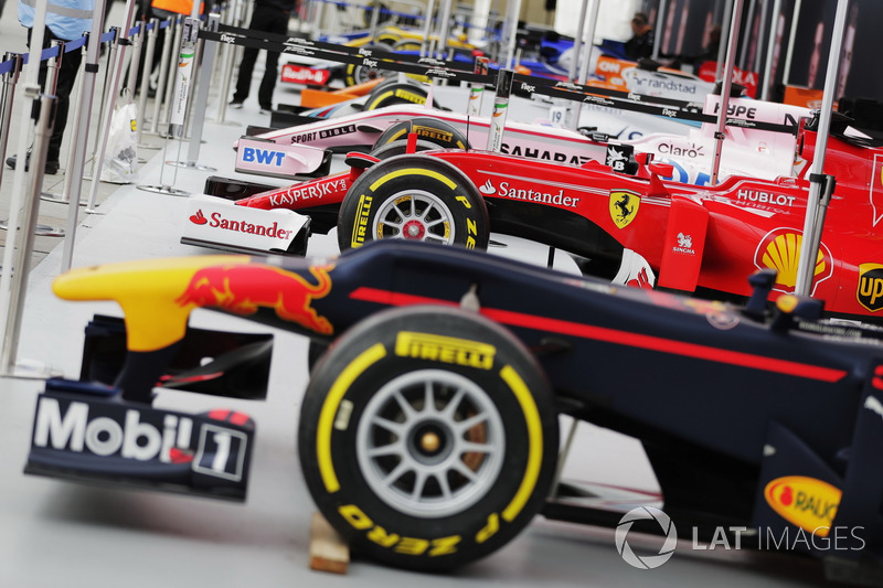 Машины Red Bull Racing, Ferrari, Force India, Williams, McLaren, Sauber, Renault Sport F1 Team и Scuderia Toro Rosso