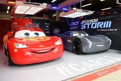 Coches de la película Cars 3 en el garaje