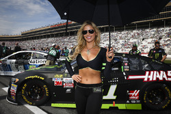 Monster-Girl am Auto von Kurt Busch, Stewart-Haas Racing, Ford