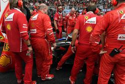 Механики Ferrari осматривают автомобиль SF70H Кими Райкконена