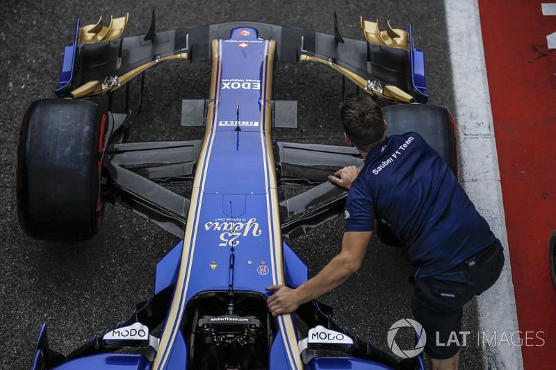 Sauber mechanic pushes the Sauber C36