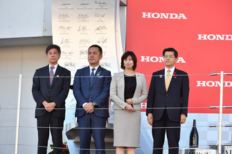 Mr. Takayoshi Yashiro, Presidente della Federazione dell'Automobile del Giappone, Mr. Eikei Suzuki, Governatore della Prefettura del MIE, Ms. Noriko Suematsu, Sindaco della città di Suzuka e Mr. Keiichi Ishii, Ministro di terra, infrastrutture, trasporti e turismo, sul podio