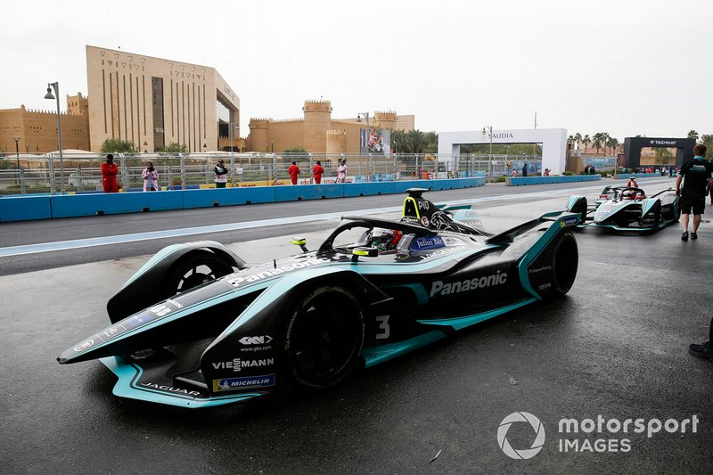 Nelson Piquet Jr., Panasonic Jaguar Racing, Jaguar I-Type 3, Mitch Evans, Panasonic Jaguar Racing, Jaguar I-Type 3 wait in the pit lane