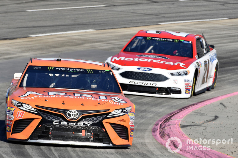 Daniel Suarez, Joe Gibbs Racing, Toyota Camry ARRIS, Paul Menard, Wood Brothers Racing, Ford Fusion Motorcraft / Quick Lane Tire & Auto Center