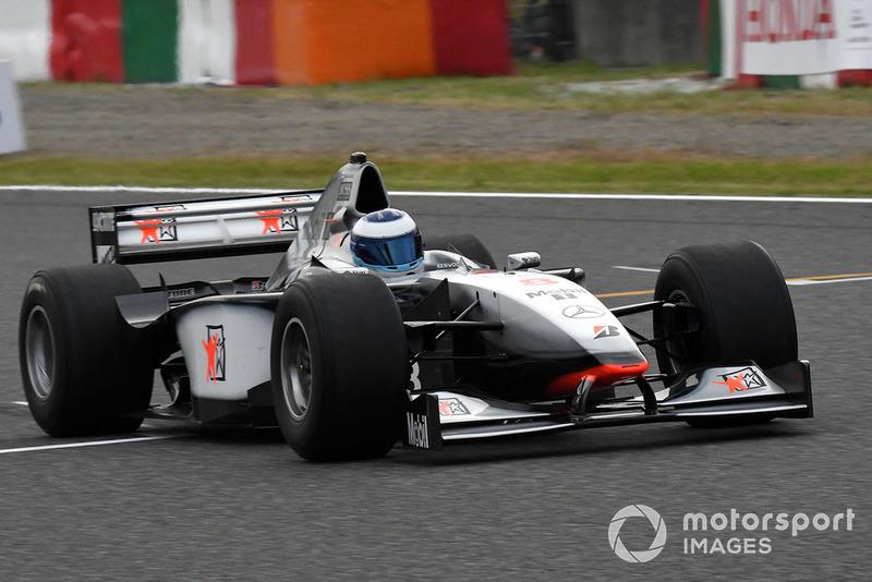 Mika Hakkinen, McLaren MP4-13 en la exhibición con coches históricos por el 30 Aniversario de Suzuka en F1