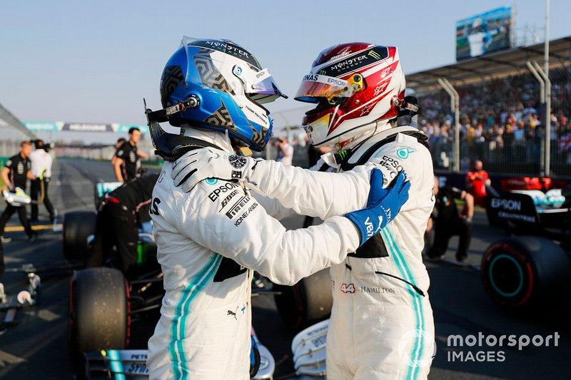 Le poleman Lewis Hamilton, Mercedes AMG F1 et Valtteri Bottas, Mercedes AMG F1 dans le Parc Fermé
