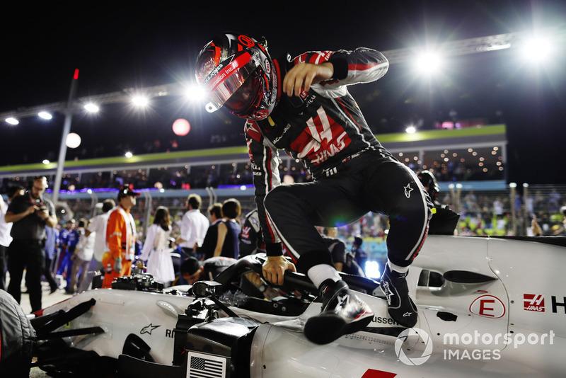 Kevin Magnussen, Haas F1 Team, sort de sa voiture sur la grille