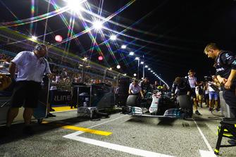 Lewis Hamilton, Mercedes AMG F1 W09 EQ Power+, arriva alla piazzola della pole position