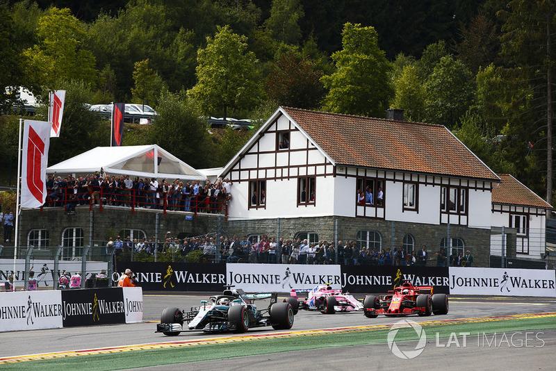 Lewis Hamilton, Mercedes AMG F1 W09, Sebastian Vettel, Ferrari SF71H, y Esteban Ocon, Racing Point Force India VJM11