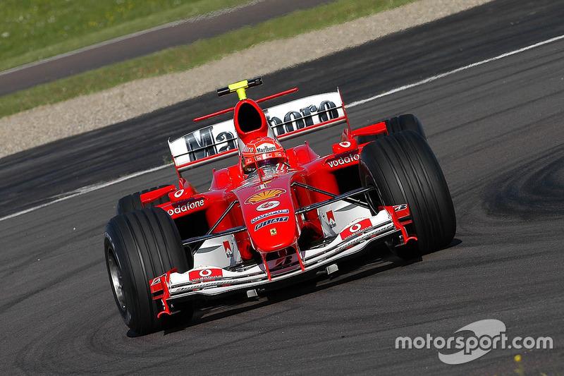 Valentino Rossi, mengemudikan Ferrari F2004 dan memakai helm cadangan Michael Schumacher