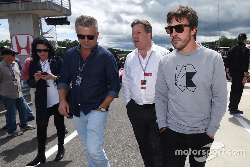 Gil de Ferran, Zak Brown, McLaren CEO, Fernando Alonso on the grid