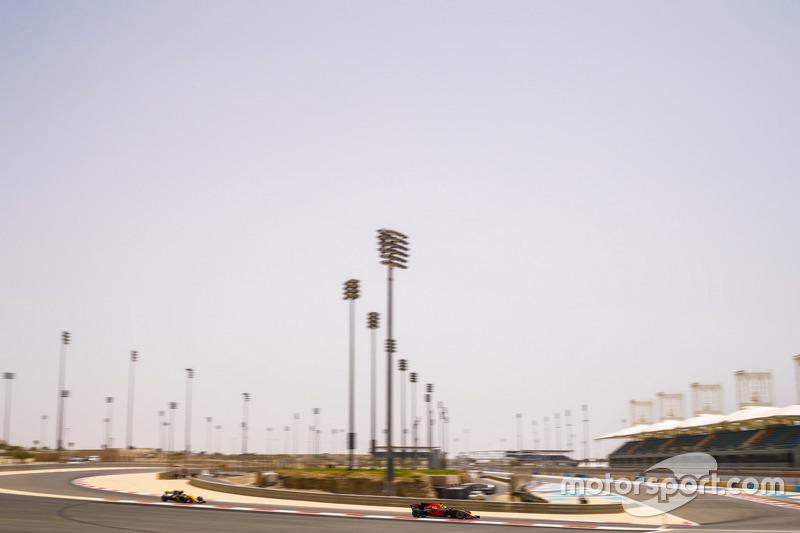 Daniel Ricciardo, Red Bull Racing RB13 y Nico Hulkenberg, Renault Sport F1 Team RS17