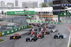 Льюіс Хемілтон, Валттері Боттас, Mercedes AMG F1 W08, Себастьян Феттель, Ferrari SF70H, Макс Ферстаппен, Red Bull Racing RB13, і решта пілотів на старті