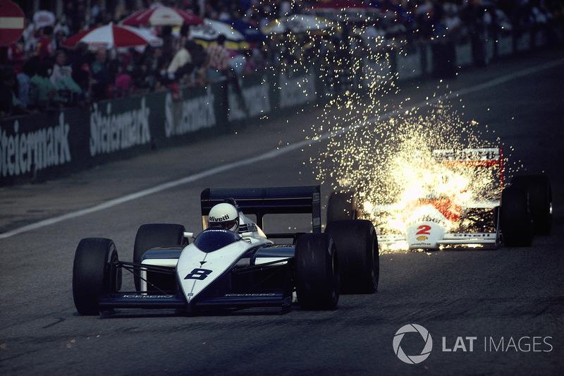 """1987年オーストリアGP:アンドレア・デ・チェザリスのブラバムから上がった火の粉を""""被る""""マクラーレンのステファン・ヨハンソン"""