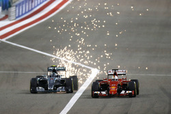 Нико Росберг, Mercedes F1 W06 Hybrid, и Себастьян Феттель, Ferrari SF-15T