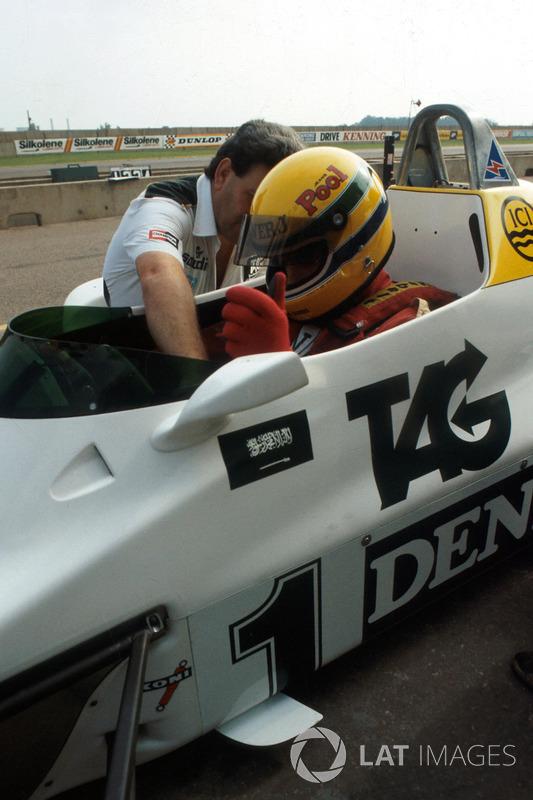 Ayrton Senna es ayudado a acomodarse por el director del equipo de Williams Allan Challis antes de s