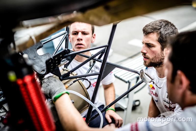 Mecánicos trabajan en el  #100 Peugeot Sport Peugeot 3008 DKR: Cyril Despres, David Castera