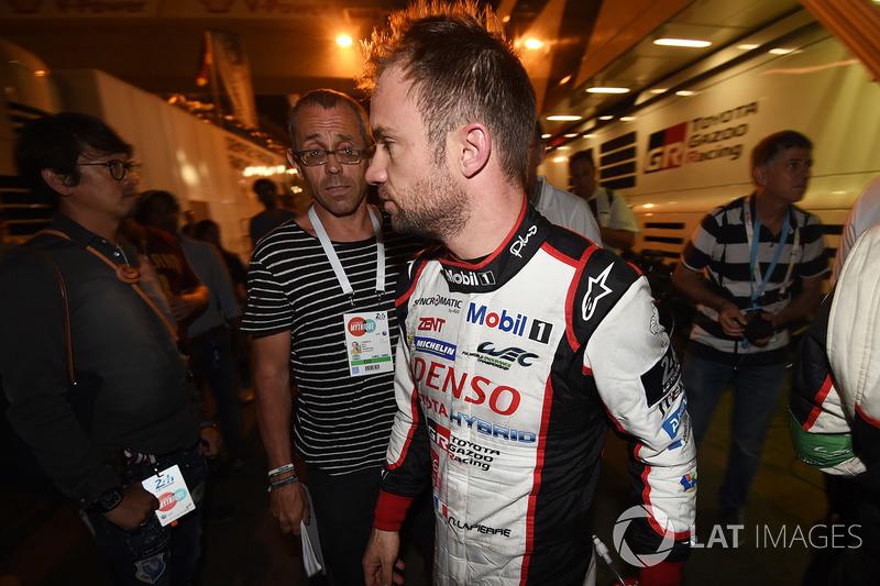 Jam ke-10: Nicolas Lapierre berjalan kembali ke garasi Toyota setelah mobil #9 mengalami kecelakaan