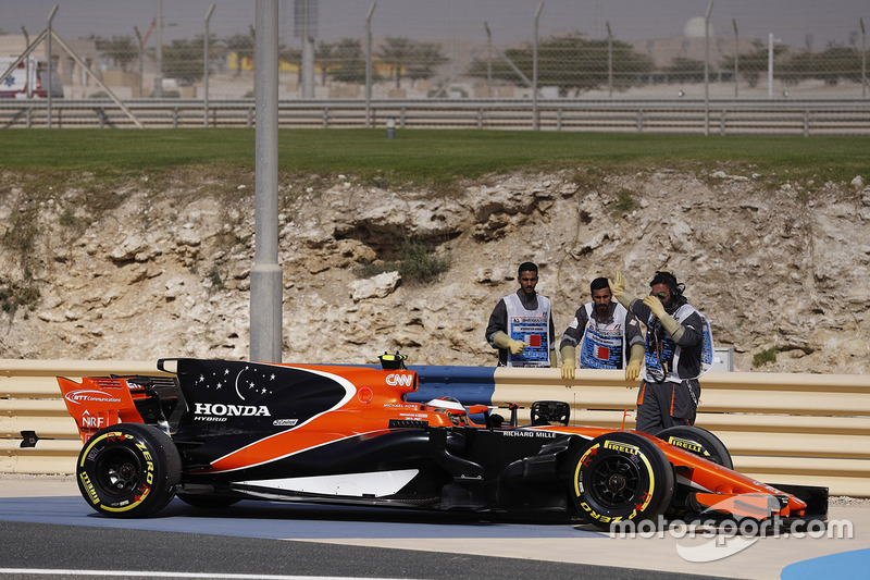 Stoffel Vandoorne, McLaren MCL32, stops at the side of the track