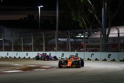 Stoffel Vandoorne, McLaren MCL32, Carlos Sainz Jr., Scuderia Toro Rosso STR12